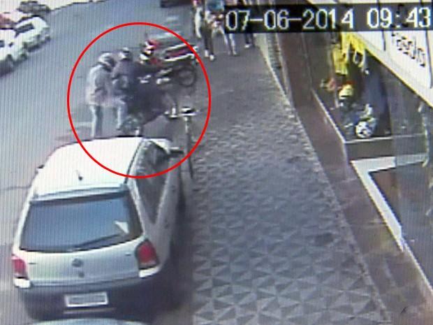 Imagens mostram assaltantes chegando em joalheria de Santa Rita do Sapucaí (Foto: Reprodução EPTV)