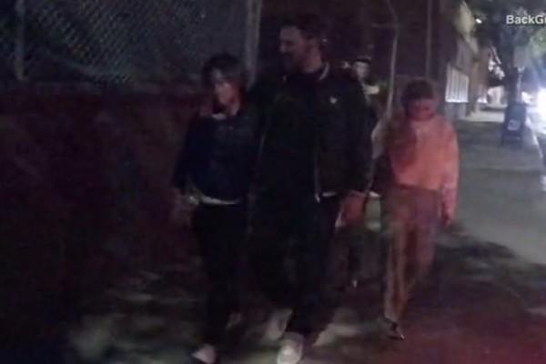 Ben Affleck saiu do centro de reabilitação apoiado no ombro de uma mulher (Foto: Reprodução/DailyMail/BackGrid)