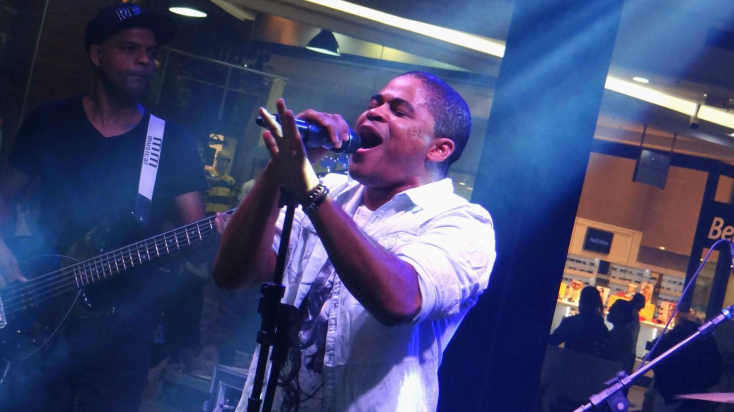 Pedro Lima se apresenta no The Voice Pocket em Santos (Foto: Fernanda Maciel)