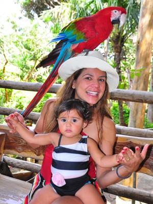 Nívea Stelmann brinca com a filha caçula, Bruna, e uma arara (Foto: João Raposo)