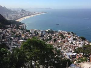 O Morro do Vidigal, localizado entre o Leblon e São Conrado, na Zona Sul, ostenta uma das vistas mais bonitas da Cidade Maravilhosa. Artistas e estrangeiros têm comprado casas na comunidade, onde o turismo ganha cada vez mais força. (Foto: José Raphael Berrêdo / G1)