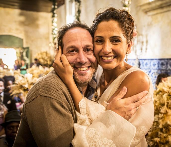 Camila Pitanga abraça o diretor Philippe Barcinski (Foto: Felipe Monteiro/ Gshow)