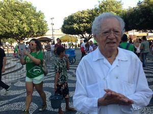 Poeta Tiago de Mello adere à protesto em Manaus (Foto: Guilherme Fragas/TV Amazonas)