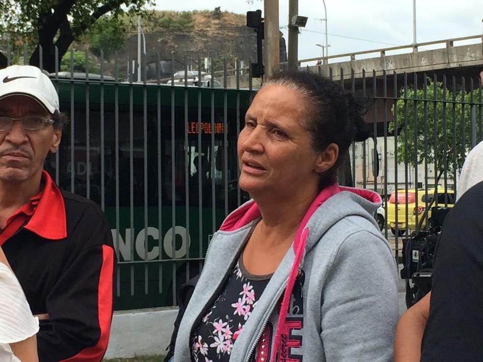 Mãe da Maria Eduarda, Rosilene, também esteve no IML (Foto: Alba Valéria Mendonça / G1)