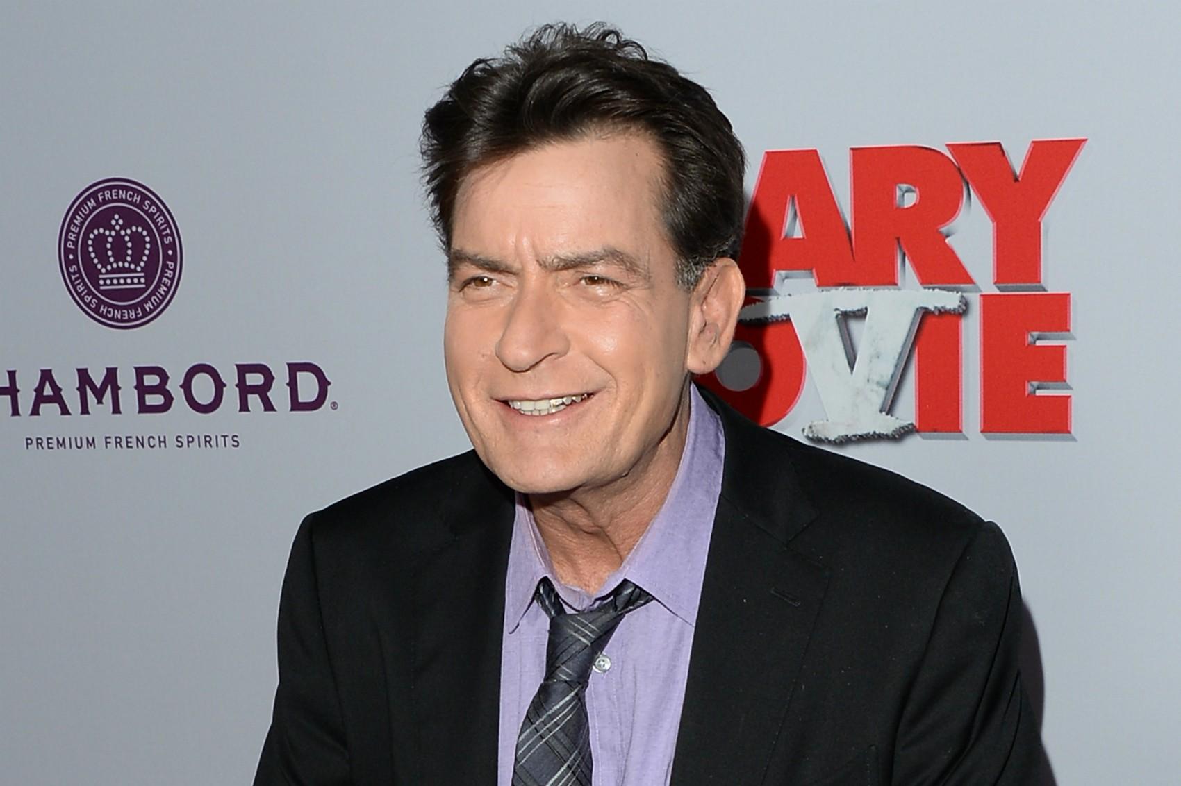 Charlie Sheen continua negando, porém o fato é que ele foi pego em flagrante com uma assistente quando ainda era casado com a atriz Denise Richards, de quem se divorciou em 2006. (Foto: Getty Images)
