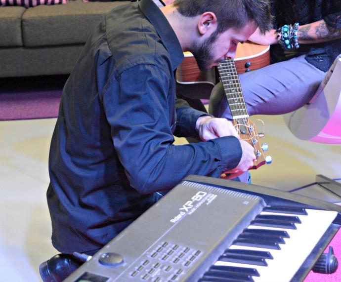 Afinamento violão Nalanda Bastidores Mistura com Rodaika (Foto: Giovane Santayana/RBS TV)