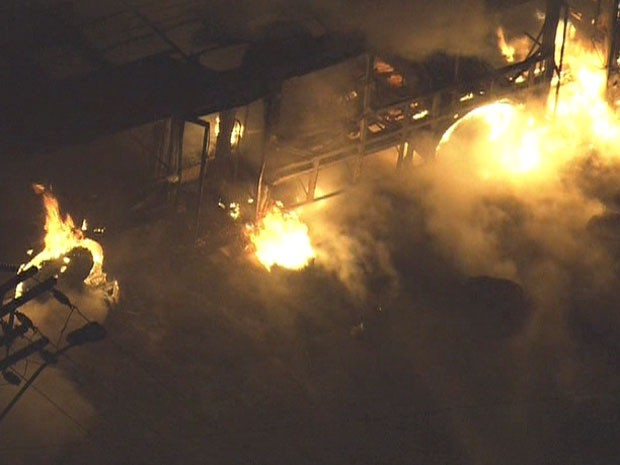 Bombeiros de Osasco apagaram as chamas; ninguém ficou ferido. (Foto: Reprodução/TV Globo)