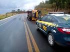 Micro-ônibus escolar tomba e deixa 5 feridos na BR-365, em Montes Claros