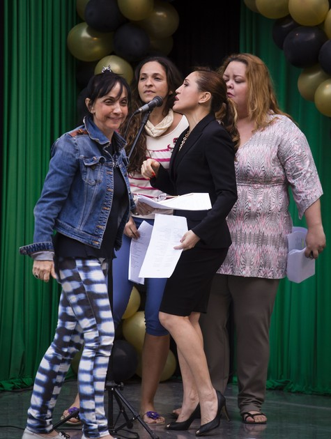 Cininha de Paula com parte do elenco de Pé na cova (Foto: Tata Barreto/ TV Globo)