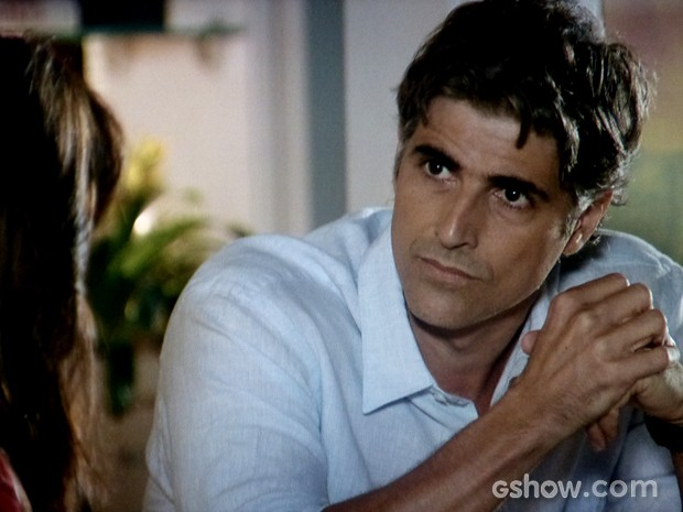 Cadu fica arrasado e quer saber se esposa pretende ser assistente da Marina (Foto: Em Família / TV Globo)