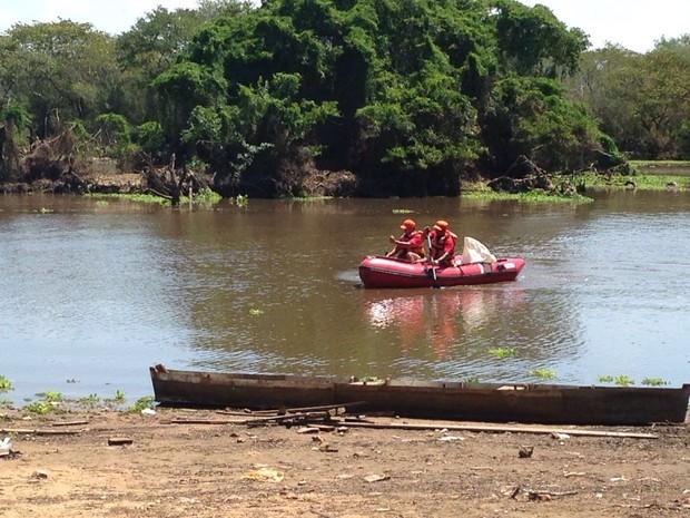 Grupo de Busca e Salvamento, de Porto Alegre, foi chamado para a retirada  do corpo (Foto: Roberta Salinet)