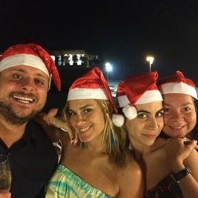Produtor Leo Fuchs e Carolina Dieckmann com amigas em festa no Rio (Foto: Instagram/ Reprodução)