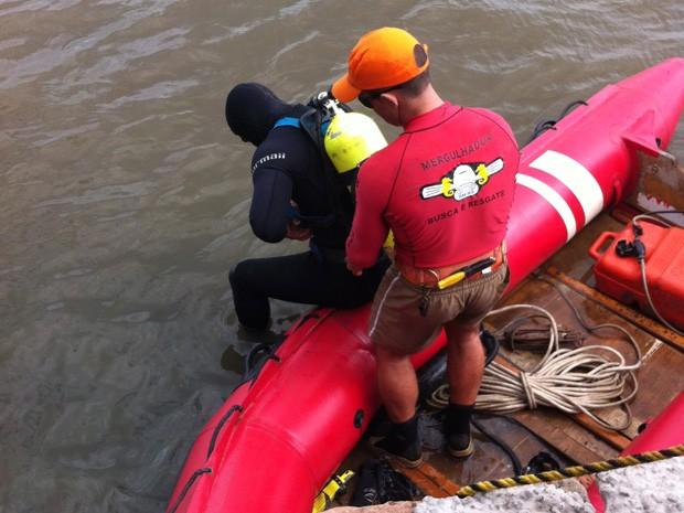 Mergulhadores fazem buscas a jovem desaparecido no rio Tramandaí, Litoral Norte do RS (Foto: Giulia Peracchi/RBS TV)