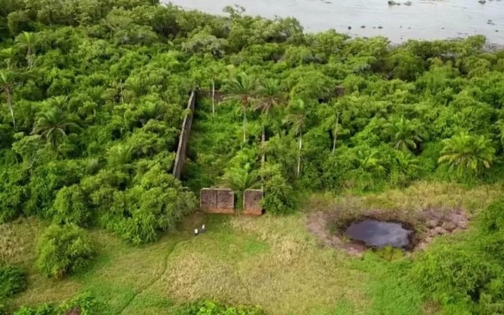 Ruínas do casarão na ilha que abrigava leprosos e portadores de doenças incuráveis no século 19 (Foto: Reprodução/TV Bahia)