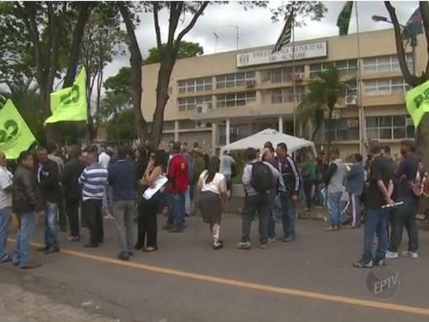 Servidores em greve fazem manifestação em Sumaré na prefeitura (Foto: Reprodução/EPTV)