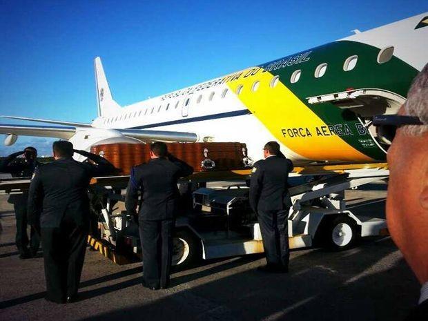Corpo do governador Marcelo Déda foi trazido por um avião da Força Aérea Brasileira (Foto: Divulgação/ASN)