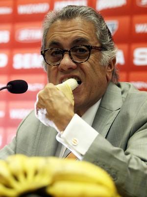 Miguel Aidar coletiva São Paulo banana (Foto: Felipe Rau/Agência Estado)