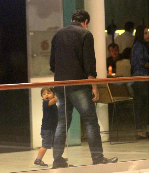 Luciano Szafir e o filho caçula, Mikael, de 1 ano e 10 meses (Foto: AgNews)