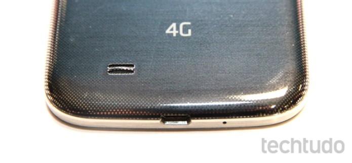 Detalhe da traseira plástica do Galaxy S4 (Foto: Allan Melo/TechTudo)