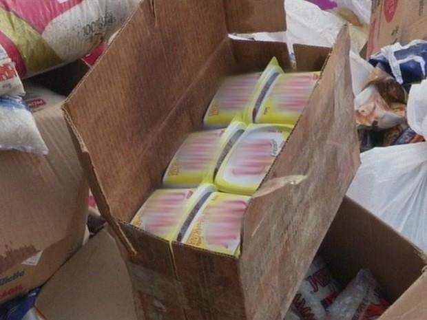 Caixa com margarinas vencidas foi levada ao aterro da cidade (Foto: Reprodução/ TV TEM)