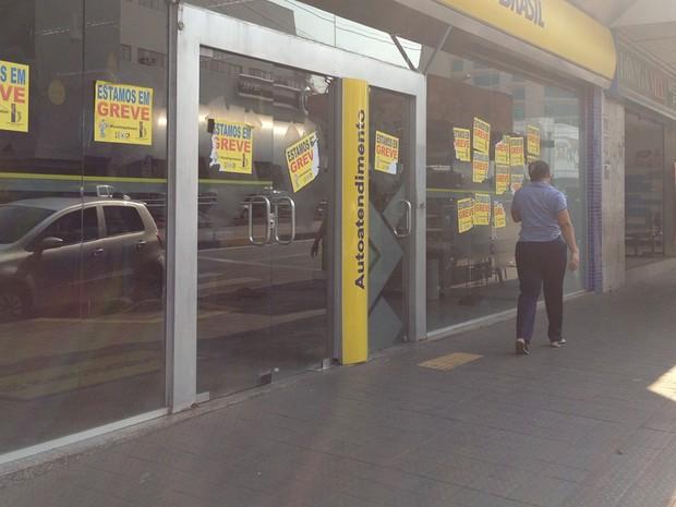 Bancários continuam em greve por tempo indeterminado, em Goiás (Foto: Fernanda Borges/G1)