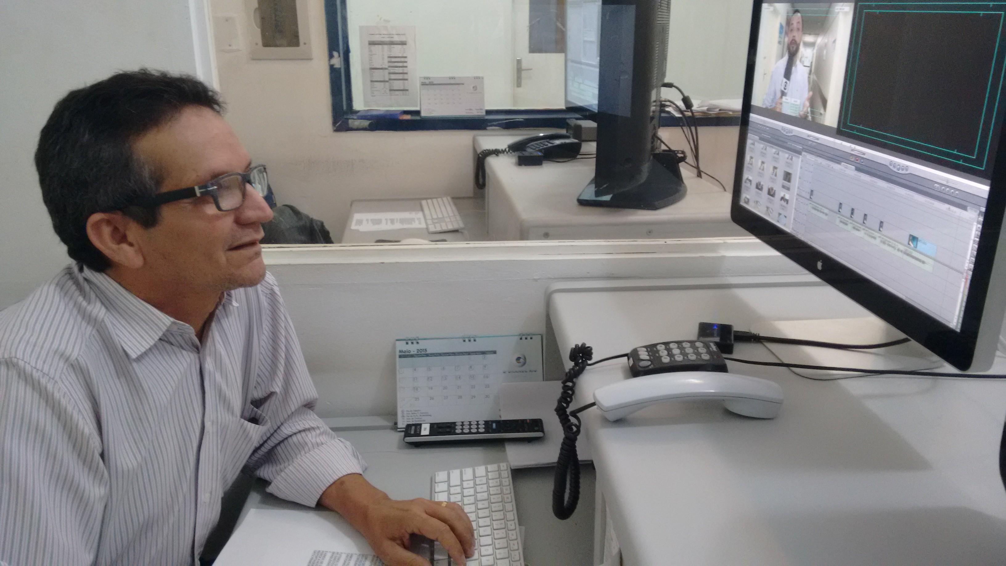 Walter é editor de imagens da TV Grande Rio (Foto: Gabriela Canário)