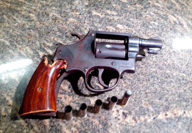 Revólver calibre 38 foi apreendido com o homem morto em confronto com a PM em Extremoz (Foto: Rafael Barbosa/G1)