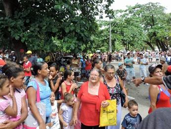 Fila gigantesca se formou no local (Foto: Débora Soares/G1)