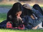 Atriz de 'Argo' troca carinhos com namorada em parque
