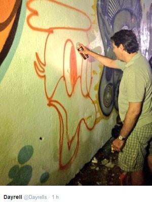 Prefeito Haddad mostrou desenvoltura com o spray na mão (Foto: Reprodução/Twitter)