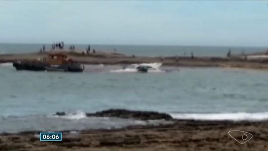 Lancha que encalhou em Guarapari é retirada do mar