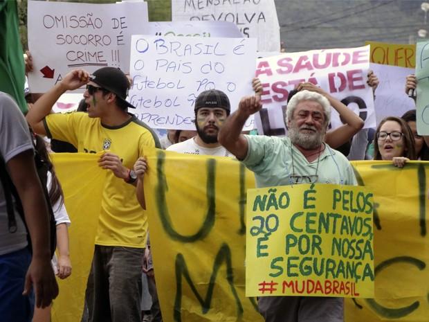 Protesto em Ubatuba reúne cerca de 500 manifestantes neste domingo (23) (Foto: Vinicius Nadena)