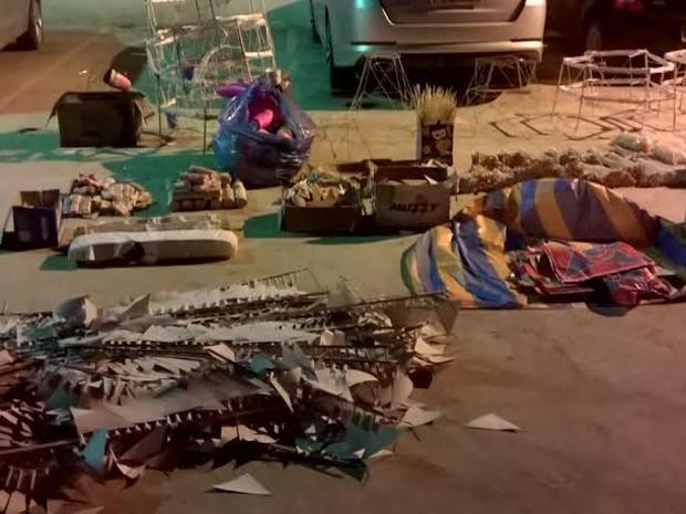 Balões, botijão, maçaricos, buchas, fogos e velas foram apreendidos em sítio em Itaguaí. (Foto: Divulgação / Polícia Militar)