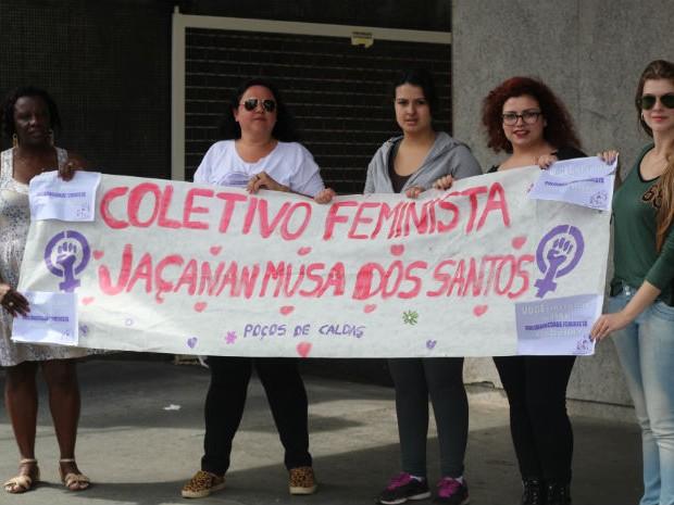 Com faixas, mulheres denunciam precarização do trabalho feminino (Foto: Jéssica Balbino/ G1)