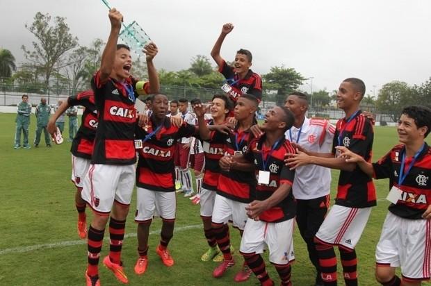 Athirson e companheiros do Flamengo comemoram conquista do sub-14 (Foto: Site Oficial do Flamengo)
