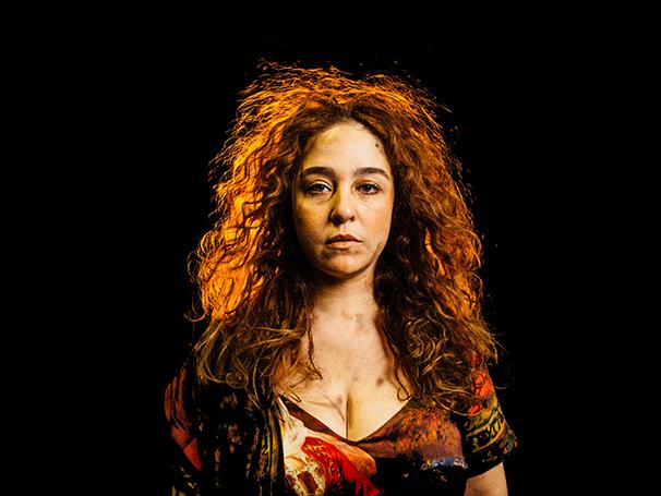 Débora Lamm em cena na peça 'Mata Teu Pai' (Foto: Divulgação/Elisa Mendes)