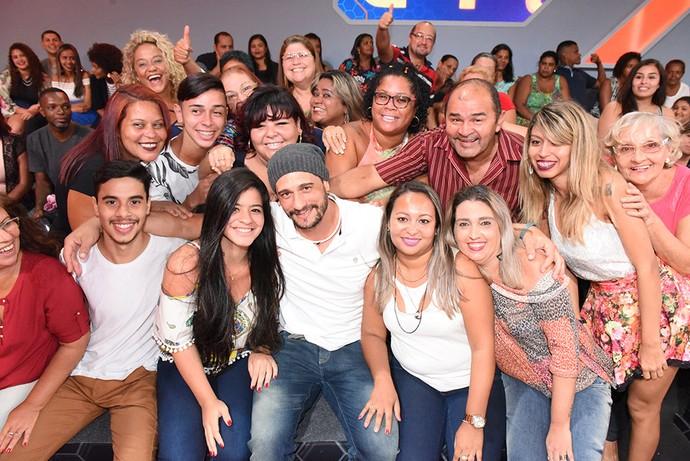 Daniel tira foto com a plateia na noite de sua eliminação (Foto: Artur Meninea/TV Globo)