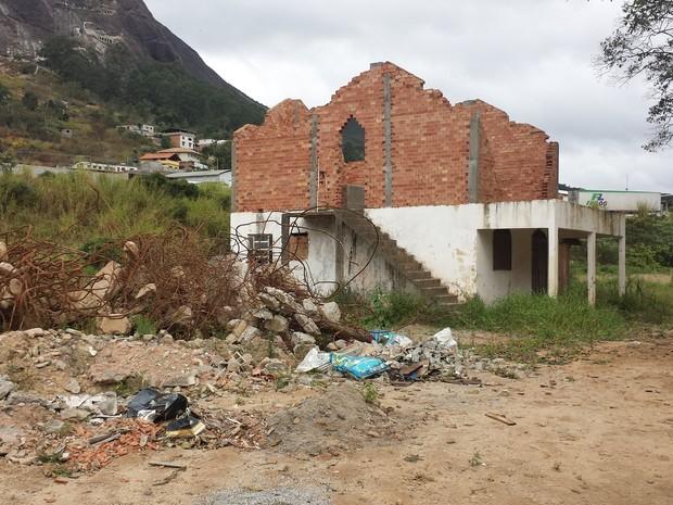 Casas destruídas pela enxurrada de lama ainda fazem parte do cenário do bairro Córrego D'antas (Foto: Juliana Scarini / G1)