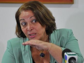 A ministra Ideli Salvatti durante conversa com jornalistas (Foto: Antonio Cruz / Agência Brasil)