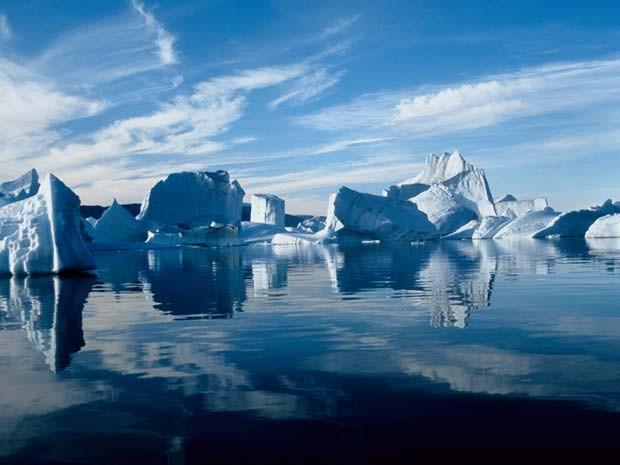 Icebergs na Groelândia, que é uma das regiões analisadas pelo relatório do Banco Mundial (Foto: AFP / Pierre Vernay / Polar Lys / Biosphoto)