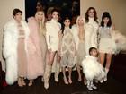 Kim Kardashian leva a família a desfile do marido, Kanye West