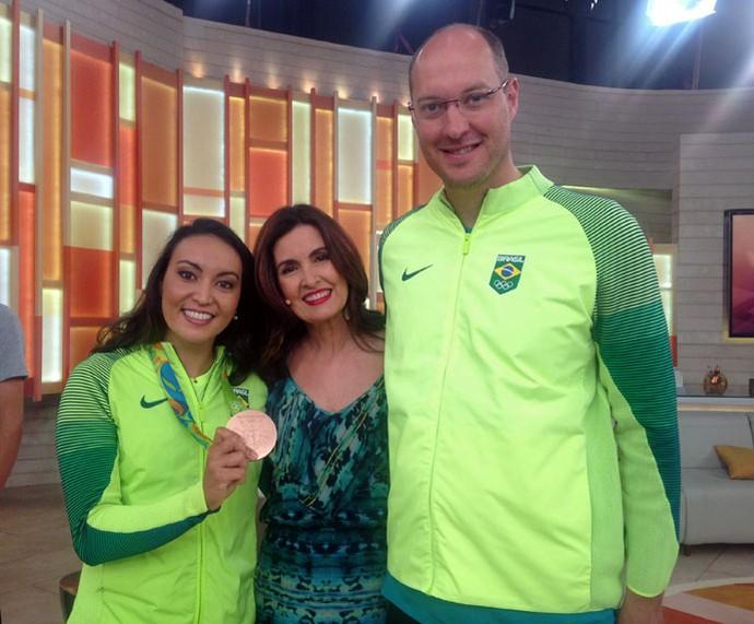A atleta Poliana Okimoto com a Fatima e seu marido e treinador, Ricardo Cintra (Foto: Raphael Dias/Gshow)