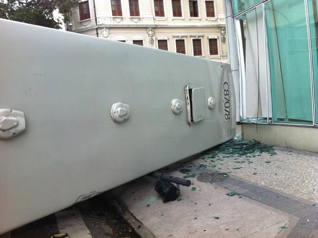 Ônibus bateu e quebrou o vidro do Hotel Ibis Budget (Foto: Renata Soares/G1)