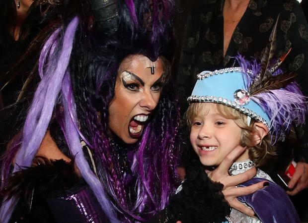 Adriane Galisteu e o filho, Vittorio, caracterizados com figurinos da peça 'A Bela Adormecida' (Foto: Manuela Scarpa/Brazil News)