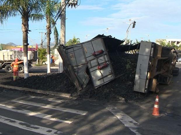 Carreta tombou e deixou carga espalhada na BR-101 no Espírito Santo (Foto: Reprodução/ TV Gazeta)