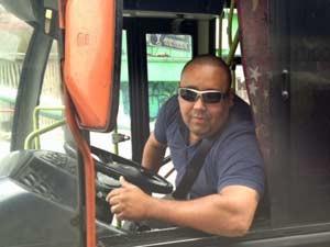 O motorista de ônibus Luciano Souza Paula, de 33 anos, do Consórcio Sudoeste, diz que a fluidez nos corredores de ônibus é pequena com a presença dos táxis.  (Foto: Tatiana Santiago/G1)