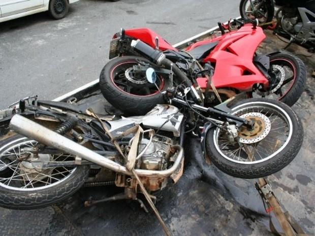 Com a batida, motociclista foi arremessado contra o poste (Foto: São Roque Notícias)