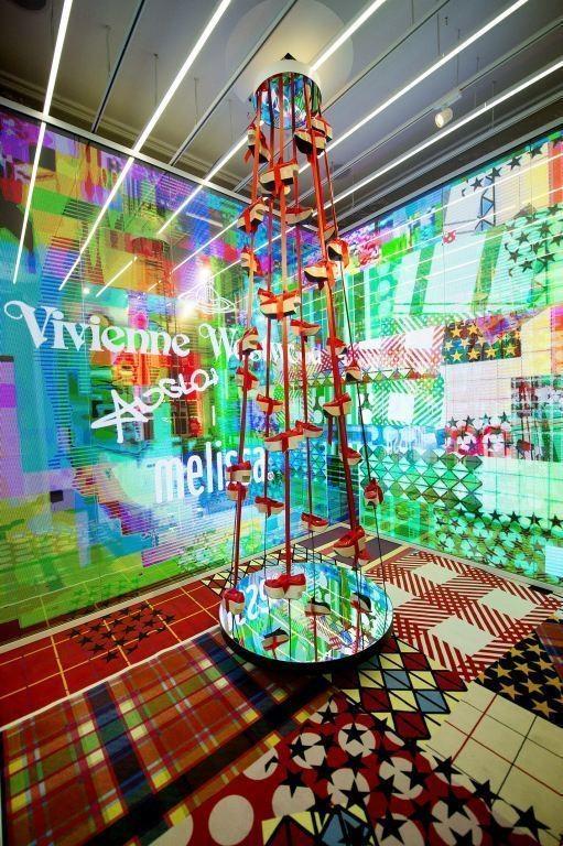 Galeria Melissa em Londres recebe exposição de Vivienne Westwood (Foto: Divulgação)