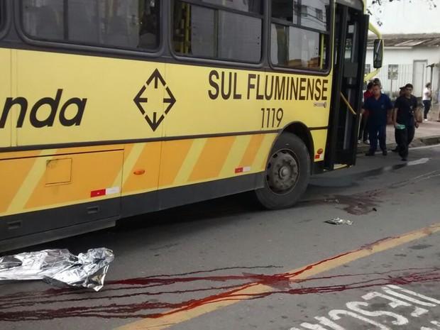 Mulheres morrem atropeladas por ônibus em Volta Redonda (Foto: Isabella Menezes/TV Rio Sul)