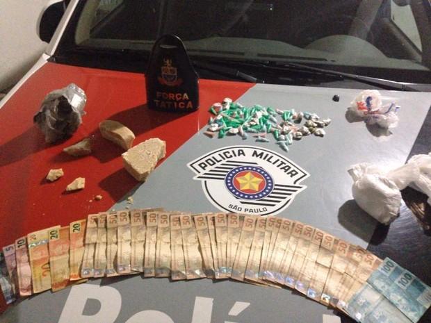 Drogas e dinheiro foram apreendidos com suspeitos (Foto: Polícia Militar/Divulgação)
